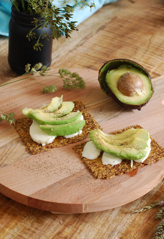avocado & mozzarella cracker Raw Organic Food Cracker vegan recept lifestyle by linda